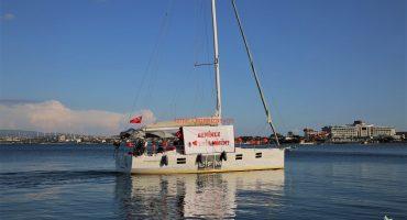 Çeşme Marina Çıkışlı Teknede Evlilik Teklifi Organizasyonu Benimle Evlenir Misin Pankartı