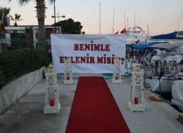 Benimle Evlenir Misin Pankartı Eşliğinde Evlilik Teklifi Organizasyonu İzmir
