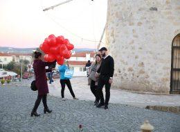 Yel Değirmenlerinde Kırmızı Kalpli Uçan Balonlar ile Karşılama