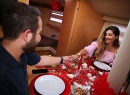 Çeşme Marina Çıkışlı Teknede Evlilik Teklifi Organizasyonu Yemek Masası Süsleme İzmir Organizasyon