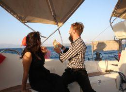 Benimle Evlenir Misin Sorusuna Gelen Evet Cevabını Şampanya Patlatarak Kutlama