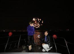 Havai Fişek Eşliğinde Teknede Evlenme Teklifi OrganizasyonuHavai Fişek Eşliğinde Teknede Evlenme Teklifi Organizasyonu