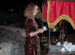Geleneksel Kostümlü Kahveci Güzeliyle Kahve İkramları