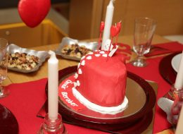 Yemek Masası Süsleme ve Butik Pasta ile Evlilik Teklifi Organizasyonu