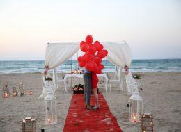 Uçan Balonlar Eşliğinde Sahilde Evlilik Teklifi Organizasyonu Çeşme