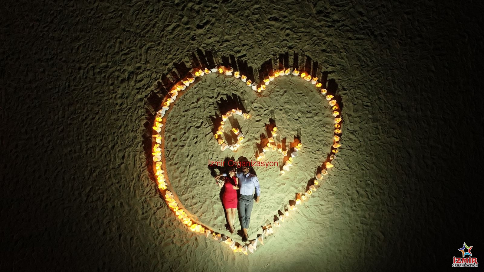 Kumsalda Dev Kalp Figuru Ve Havai Fisekli Evlilik Teklifi