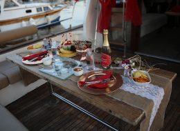 Masa Süsleme ve Teknede Sürpriz Evlilik Teklifi Organizasyonu