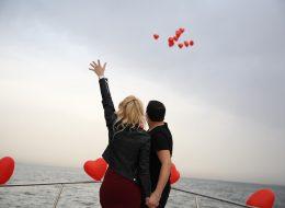Evlenme Teklifi Organizasyonu Mutluluk Teknesi'nde Uçan Balonları Gökyüzüyle Buluşturma