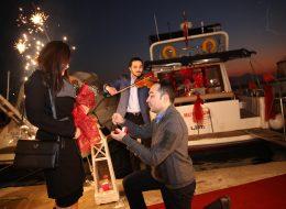 Kemancı Eşliğinde Teknede Romantik Evlilik Teklifi Organizasyonu