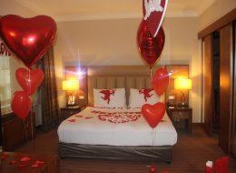 Kırmızı Kalpli Uçan Balonlar ile Otel Odası Süsleme İzmir