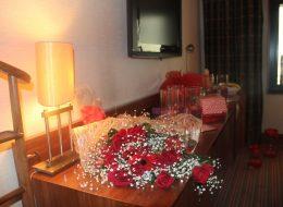 Gül Buketi ve Dekoratif Ürünlerle Otel Odası Süsleme
