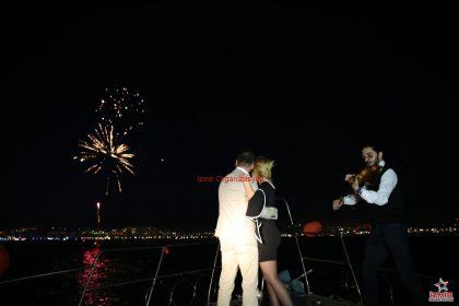 Keman ve Havai Fişek Eşliğinde Teknede Evlilik Teklifi Organizasyonu