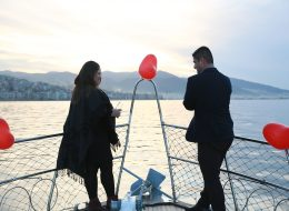 Evlilik Teklifini ve Evet Cevabını Şampanya Patlatarak Kutlama