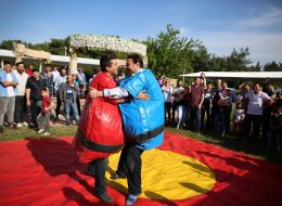 Yarışmacıların Sumo Güreşi Oyununda Birbirini Zemin Dışına Çıkarmak İçin Verdiği Mücadele
