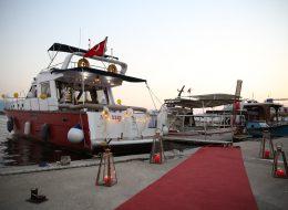Denizci Fenerleri Kırmızı Halı ve Yer Volkanları Eşliğinde Teknede Doğum Günü Organizasyonu İzmir